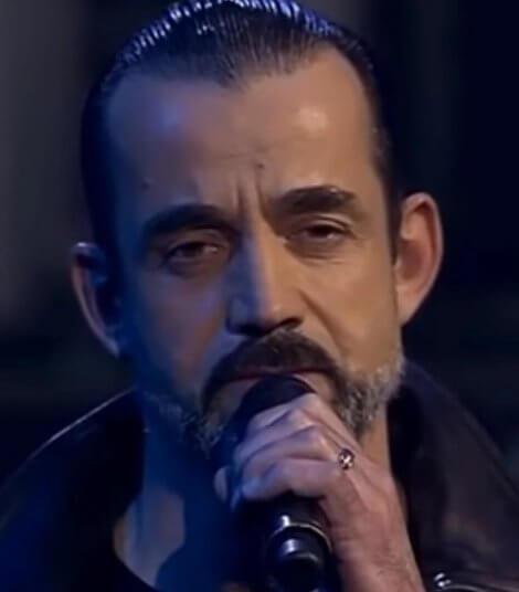 Дмитрий Певцов поет на сцене
