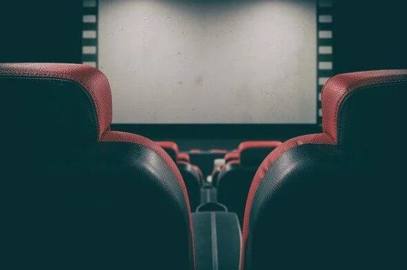 Большой экран в кинотеатре