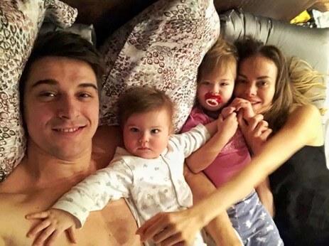 Станислав Бондаренко с семьей дома